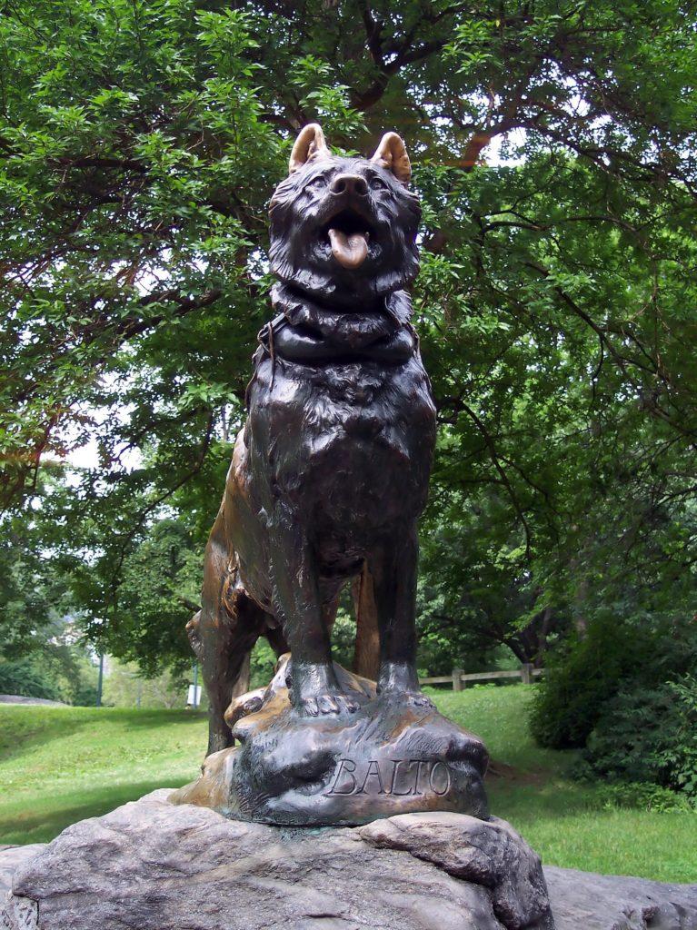 By photo by Uris (English Wikipedia), statue by Frederick Roth - Praca własna oryginalnego przesyłającego, Domena publiczna, https://commons.wikimedia.org/w/index.php?curid=777958